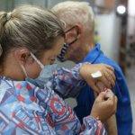 Secretaria de Saúde de Três Rios vacina idosos de 79 a 83 em domicílio